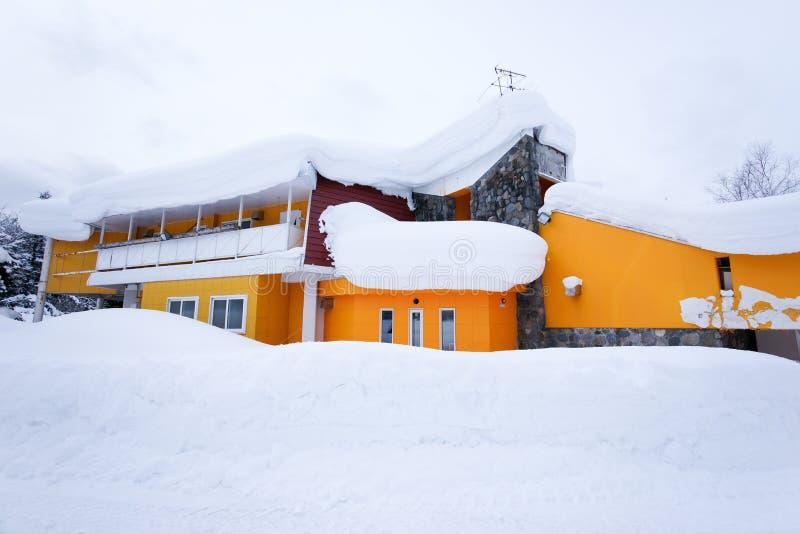 Gelbes Haus im Schnee lizenzfreies stockbild