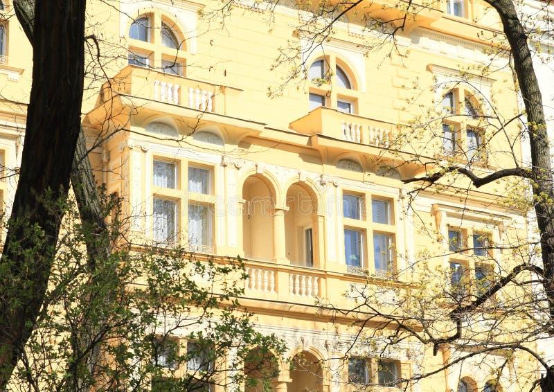Gelbes Haus mit Balkonen stockfoto