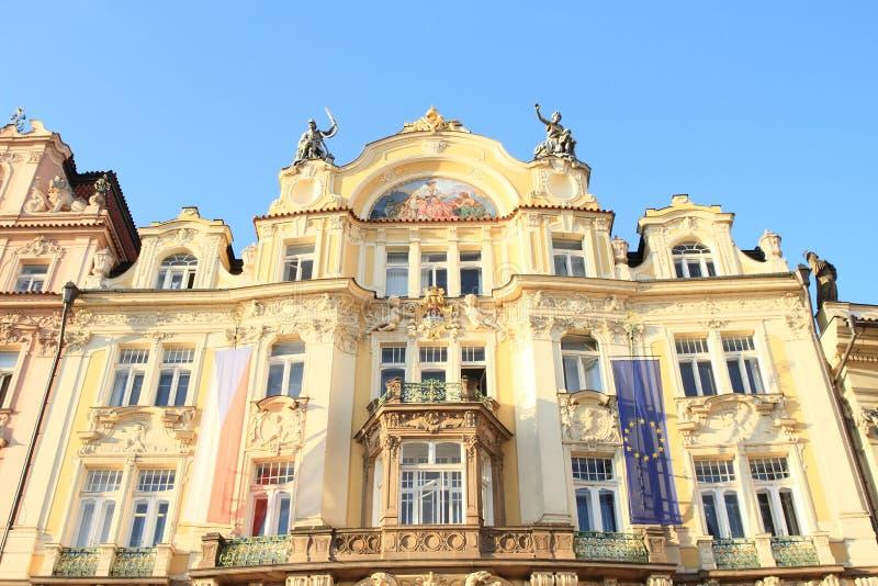 Gelbes Haus mit Balkonen lizenzfreie stockfotos