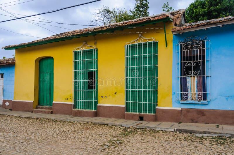 Gelbes Haus mit grüner Tür und Fenster in Trinidad, Kuba lizenzfreie stockfotografie