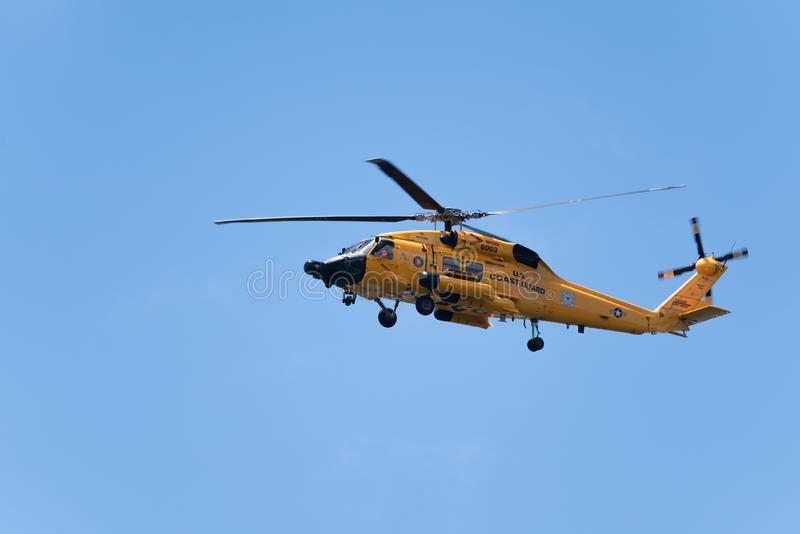 Gelbes Hubschrauberfliegen US-Küstenwache stockfotos