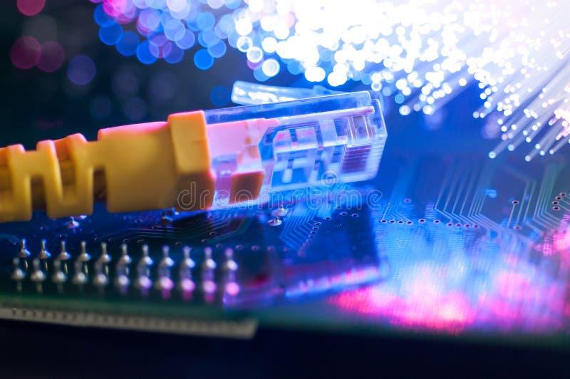Gelbes Internetanschlusskabel auf Leiterplatte stockbilder