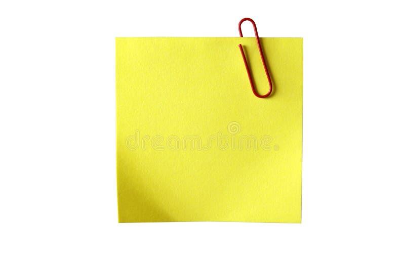 Gelbes klebriges Papier mit rotem Klipp. Getrennt.