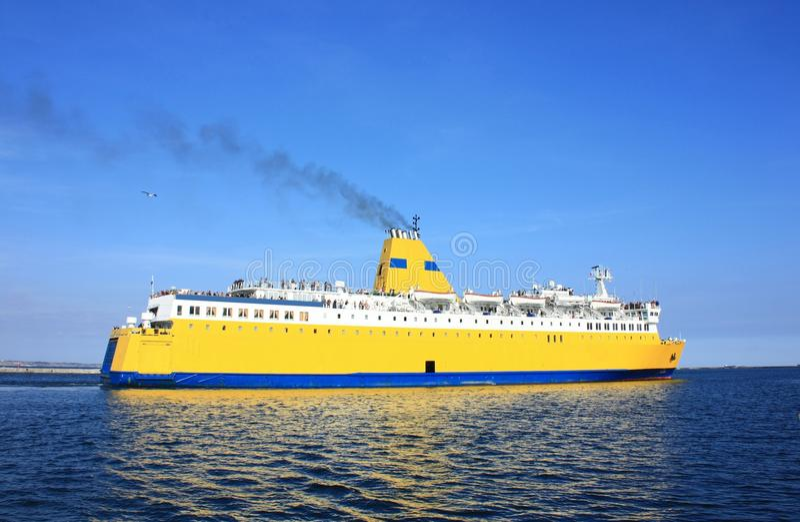 Gelbes Kreuzschiff stockfotos