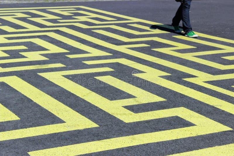 Gelbes Labyrinth auf Asphalt stockfotos