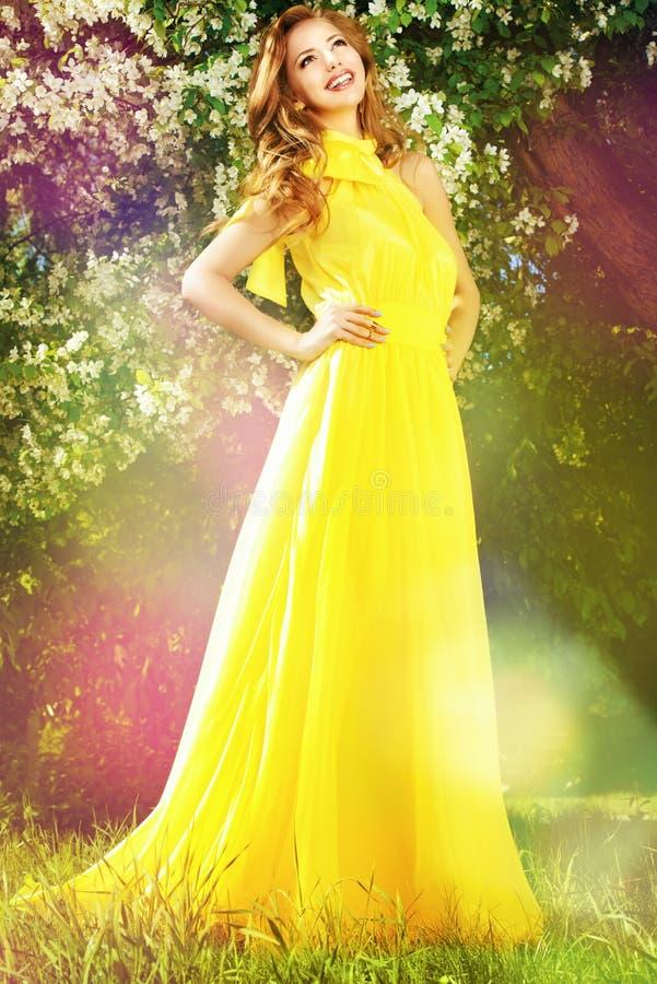 Gelbes langes Kleid stockfotos