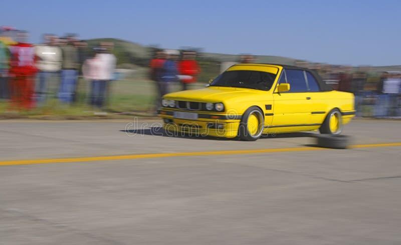 Gelbes laufendes Auto lizenzfreie stockbilder