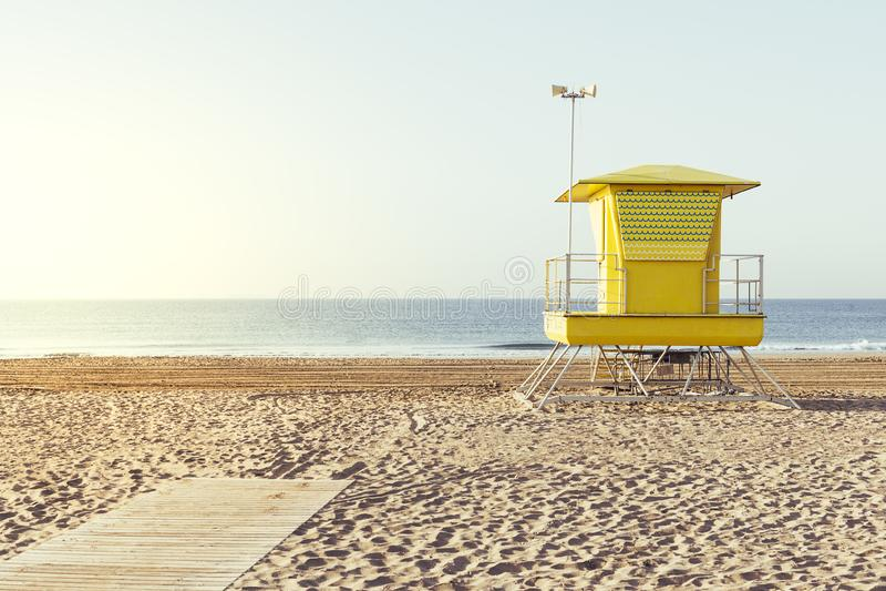 Gelbes Leibwächterhaus auf dem Strand lizenzfreies stockfoto