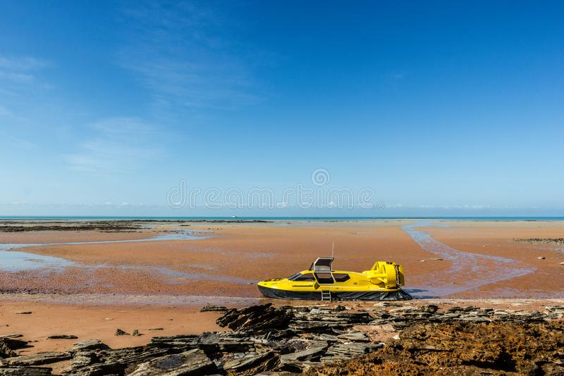 gelbes Luftkissenfahrzeug an einem schönen Strand im Besen, West-Australien stockfotografie
