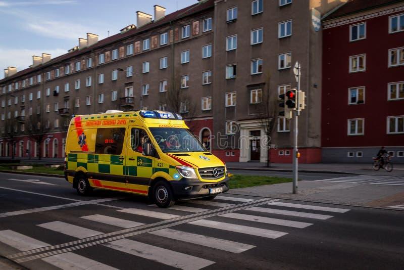 Gelbes Mercedes-Benz Sprinter-Krankenwagenauto mit Bewegungsunschärfeeffekt lizenzfreie stockbilder