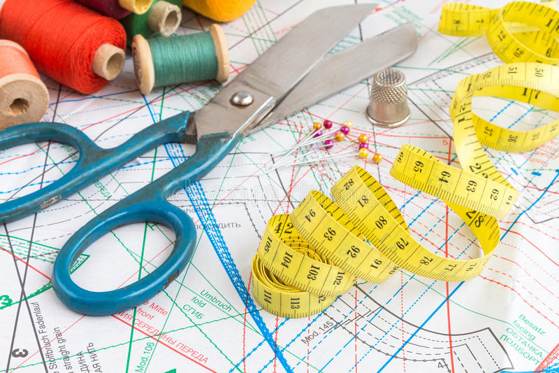Gelbes messendes Band und nähende Einzelteile lizenzfreies stockbild