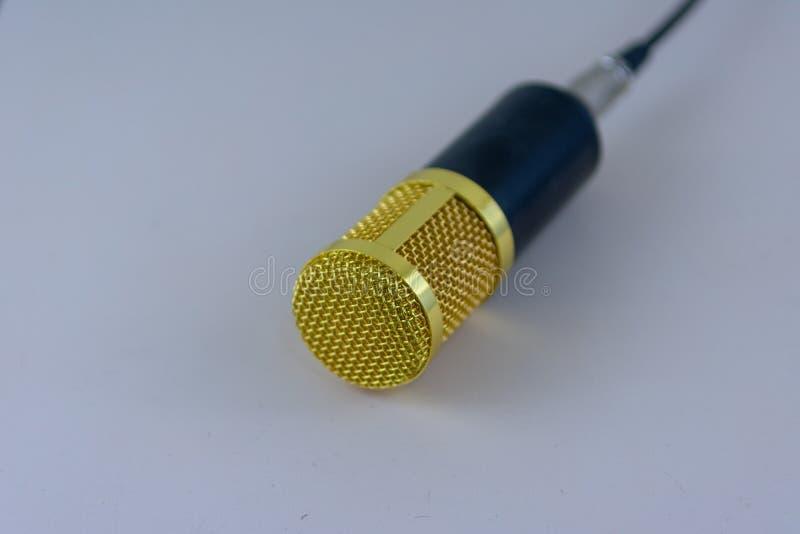 Gelbes Mikrofon auf Weiß lizenzfreie stockfotografie