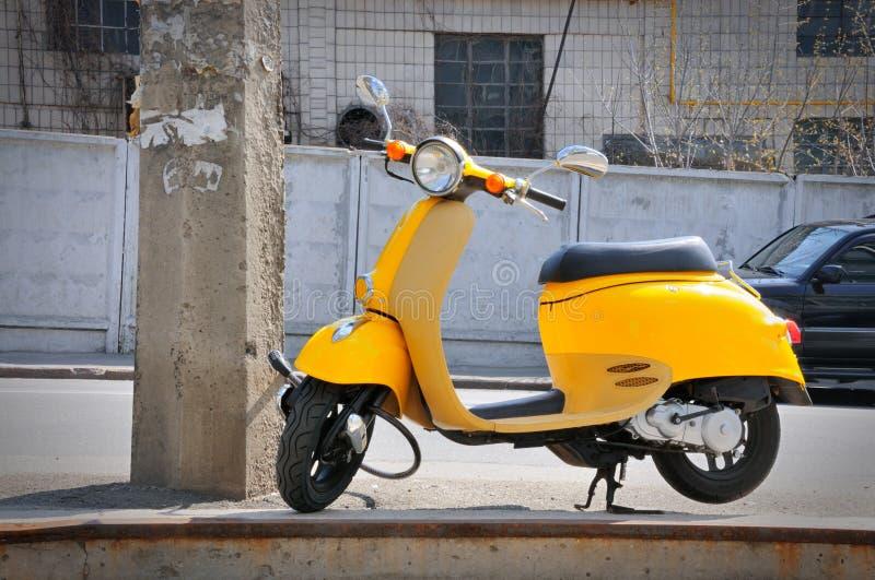 Gelbes Moped lizenzfreie stockfotografie
