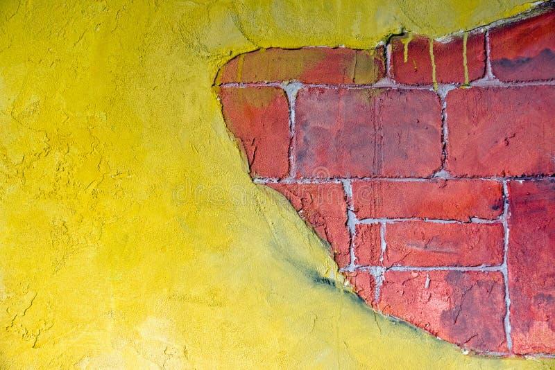 Gelbes Pflaster und ein rotes brickwall lizenzfreie stockfotografie