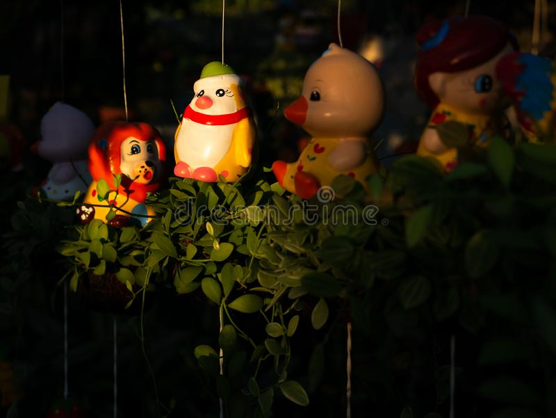 Gelbes Pinguin-Puppen-Hängen stockbilder