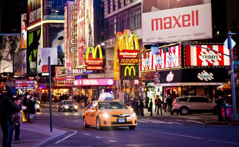 Gelbes Rollenautoreiten durch Times Square lizenzfreies stockbild