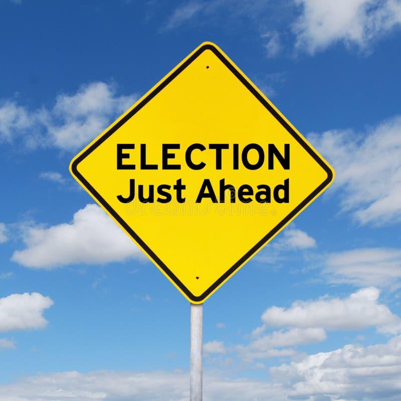 Gelbes Schild in Richtung zur Wahl stockbild