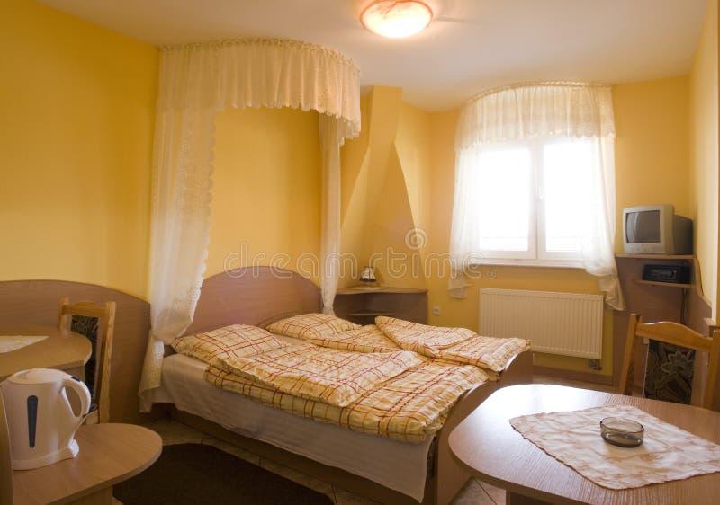 Gelbes Schlafzimmer lizenzfreie stockfotografie