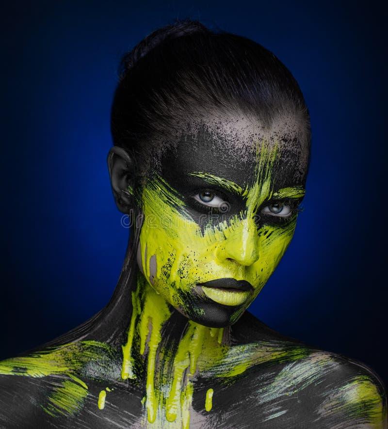Gelbes schwarzes Farbe Make-upschönheits-Mädchen stockfotografie