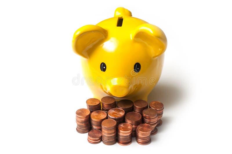 Gelbes Sparschwein mit Cents Euromünzenstapel an lizenzfreie stockfotografie