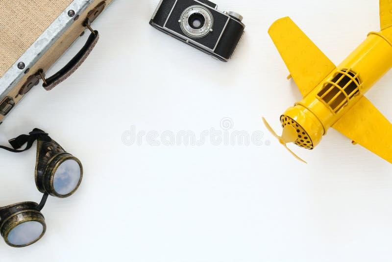 gelbes Spielzeugflugzeug der Weinlese, alte Fotokamera, Versuchsgläser lizenzfreies stockbild