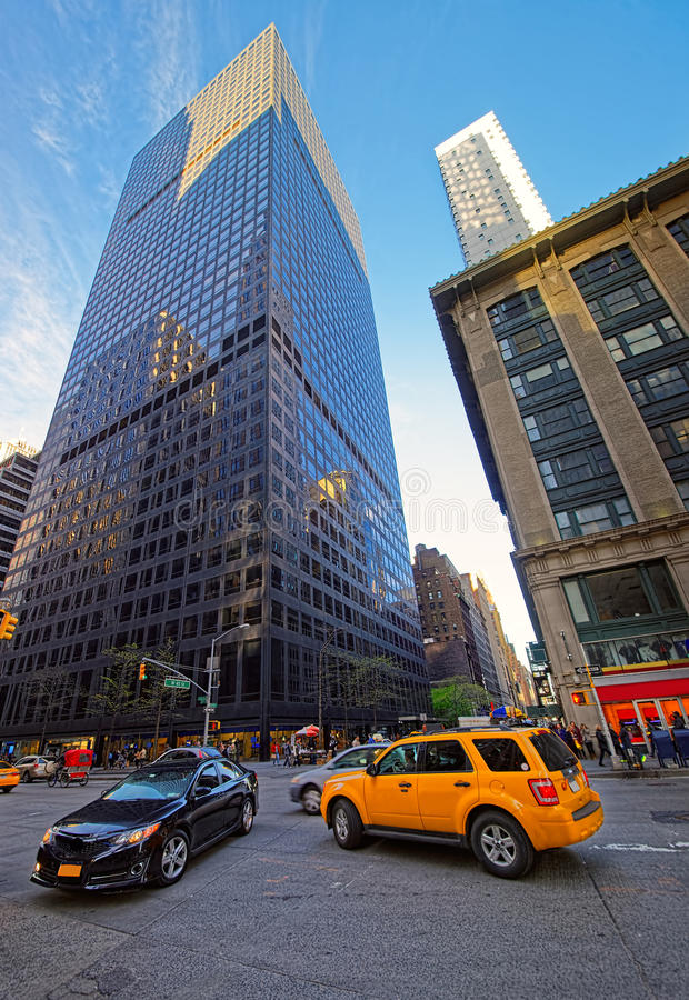 Gelbes Taxi beschleunigt in Manhattan-Straßen stockbild