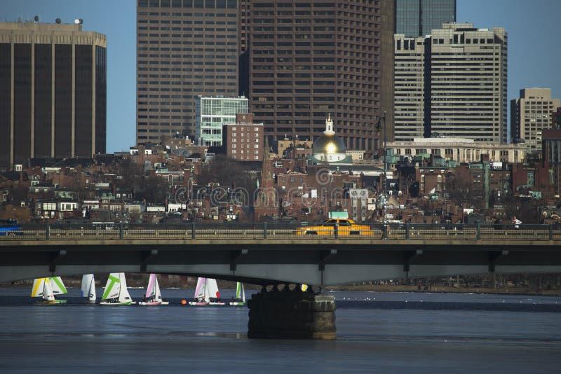 Gelbes Taxi fährt über Harvard-Brücke über Charles River mit bunten Segelbooten, Boston, Massachusetts, USA lizenzfreies stockfoto