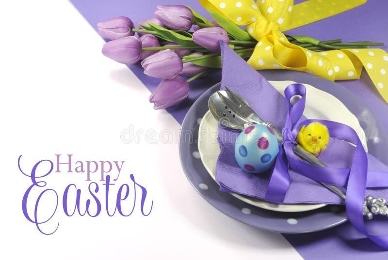 Gelbes und purpurrotes malvenfarbenes lila Themaostern-Tabellengedeck fröhlicher Ostern stockbilder