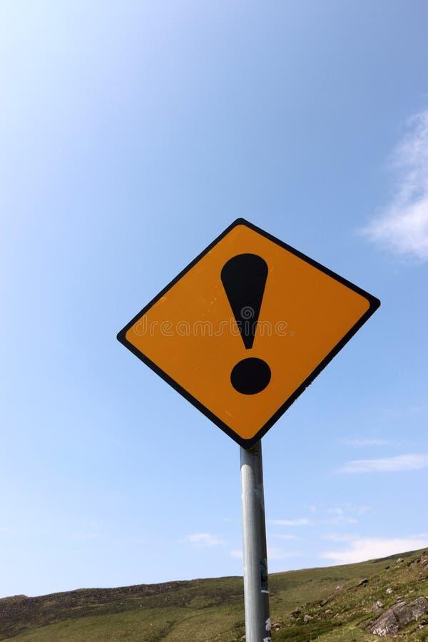 Gelbes und schwarzes AusrufezeichenVerkehrsschild, Irland lizenzfreie stockfotos