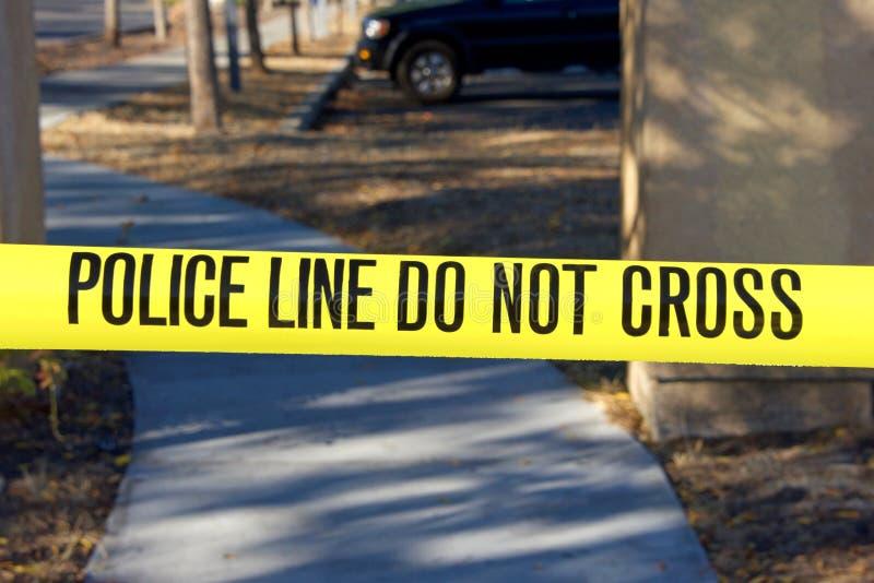 Gelbes Vorsichtband mit Polizeilinie kreuzen nicht lizenzfreies stockfoto