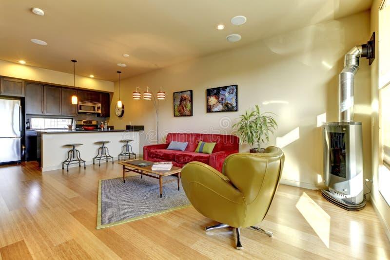 Gelbes Wohnzimmer Ith Rotes Sofa Und Küche. Stockfoto - Bild: 23924534