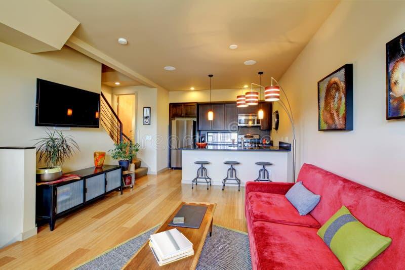 Gelbes Wohnzimmer Ith Rotes Sofa Und Küche. Stockbild - Bild: 23924537