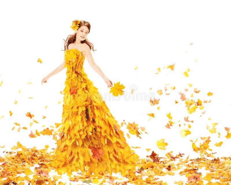 Gelbkleid der Herbstfrau in Mode von Ahornblättern stockfoto