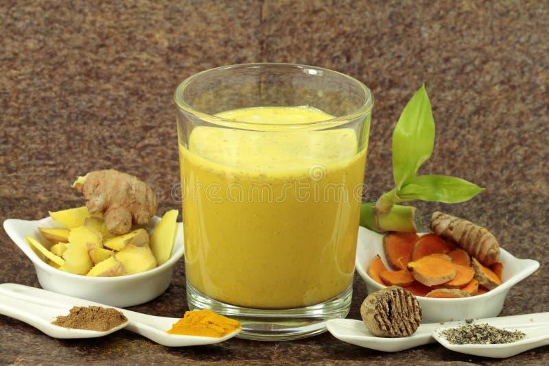 Gelbwurz und andere Bestandteile für die goldene Milch lizenzfreie stockbilder