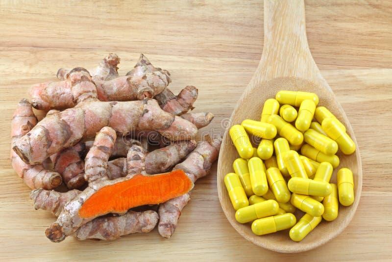 Gelbwurzrhizome und Gelbwurz-Kapseln lizenzfreies stockbild