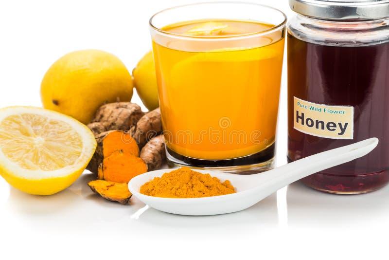 Gelbwurzwurzeln mit Zitronen- und Honiggetränken, starkes heilendes bev stockfotografie