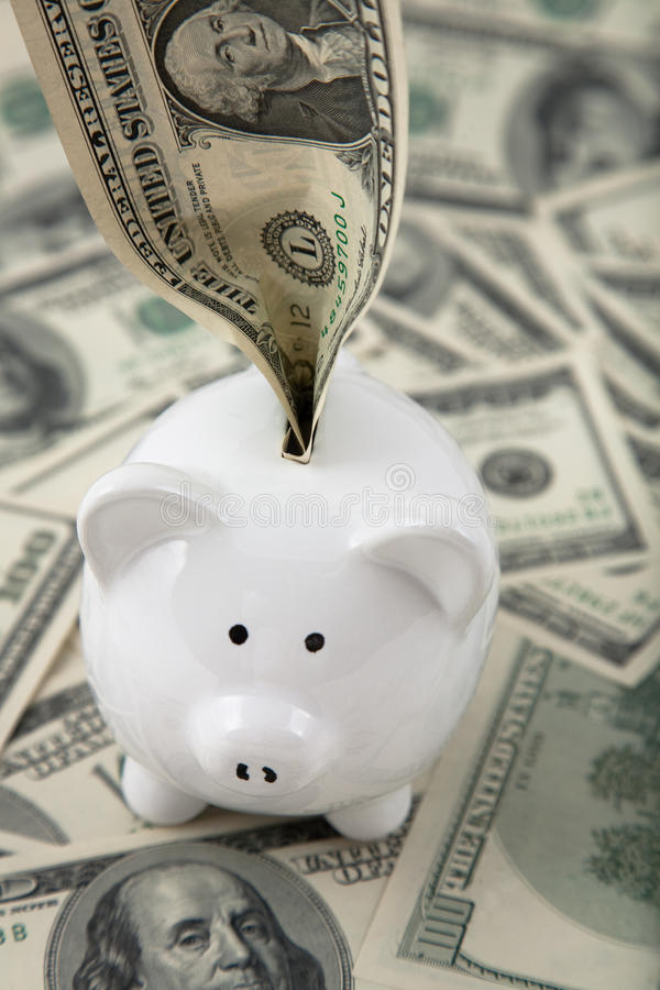 Geld angefüllt in piggy Querneigung stockbild