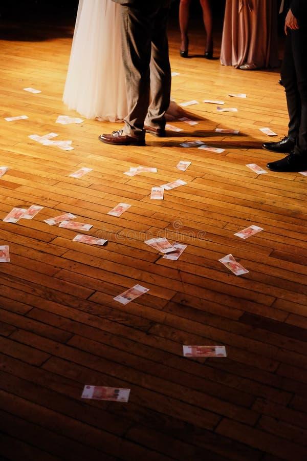 Geld auf dem Boden an der Hochzeit stockfotografie