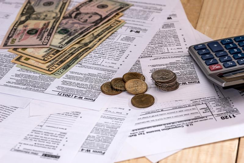 Geld auf dem Hintergrund der Steuer stockbilder