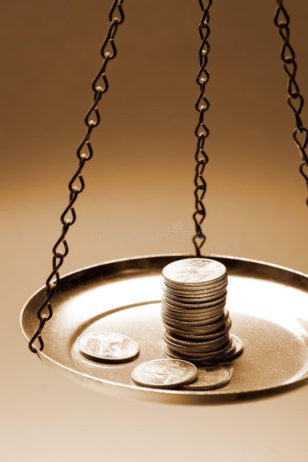 Geld auf einer Schwerpunktskala stockfoto