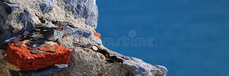 Geld auf Stein stockfoto