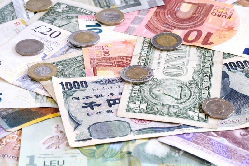 Geld aus verschiedenen Ländern mit Euromünzen lizenzfreies stockfoto