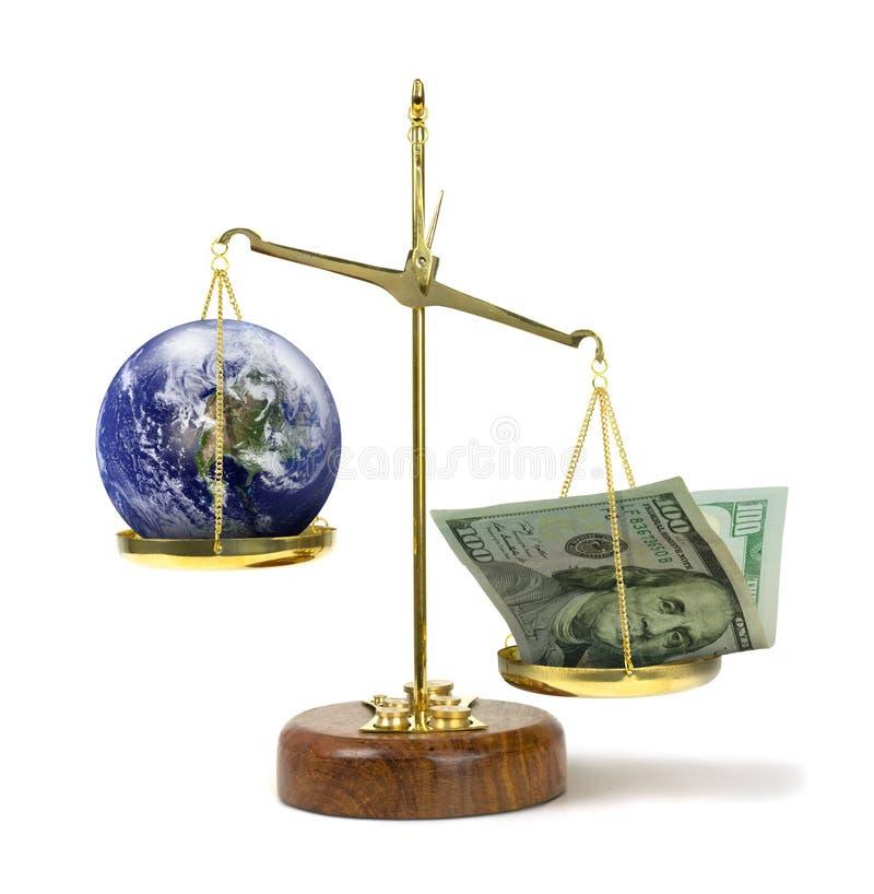 Geld belangrijker dan de aarde op schaal zijn die hebzucht vertegenwoordigen & politiek corruptiegeld die krachtiger en belangrij stock afbeeldingen