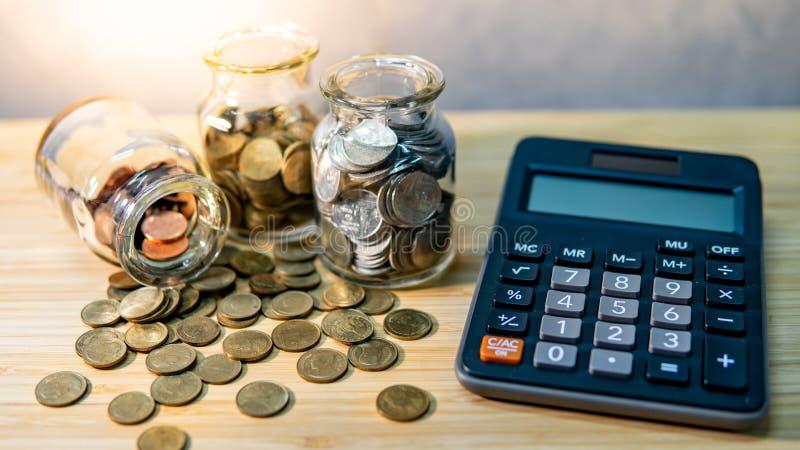 Geld besparen Berekening van de financiële boekhouding stock foto