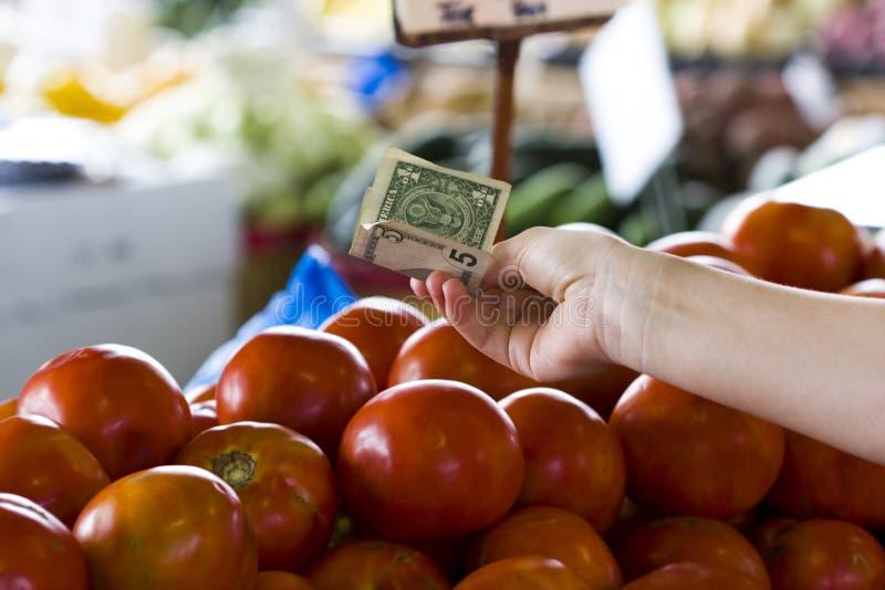 Geld bij de landbouwersmarkt royalty-vrije stock afbeeldingen