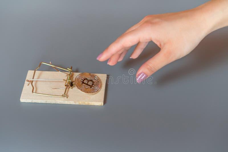 Geld bitcoin in einer Mausefalle stockfotografie