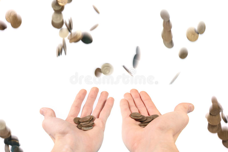Geld dat neer op de handen regent stock foto