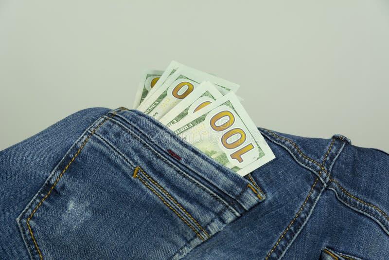 Geld in den Taschenjeans stockfotos