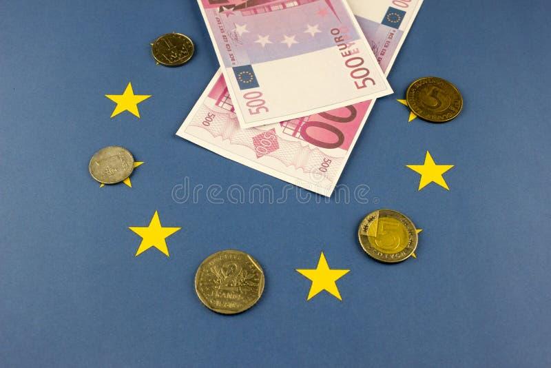 Geld der Europäischen Gemeinschaft vor dem hintergrund der Flagge wirtschaftlich lizenzfreie stockfotografie