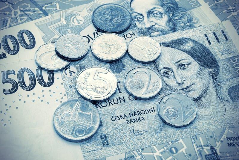 Geld der Tschechischen Republik, der Banknoten und der Münzen auf touristischer Karte lizenzfreies stockbild